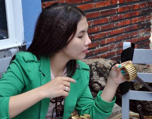 Cô gái cũng thích thú với cái vòng cũ.