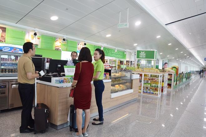 Hệ thống cửa hàng tiện lợi cung cấp đồ uống, thức ăn, quà lưu niệm với giá từ 20.000 đồng một món, có niêm yết giá và giám sát liên tục.