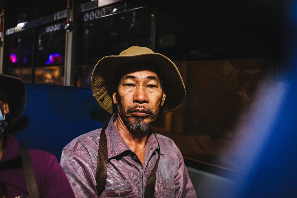 Người đàn ông này thường đi xe buýt đến khu vực cầu Sài Gòn để bán vé số. Ông cho biết hàng ngày đều xuất phát lúc tờ mờ sáng.