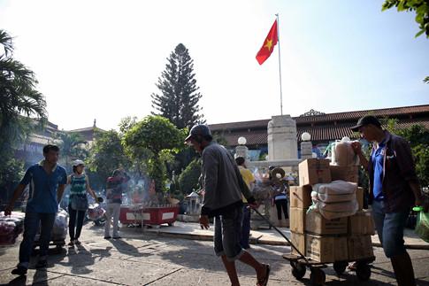 Nhiều người nán lại thắp nhang ở khu vực trong chợ