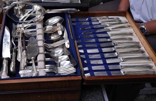 Bộ dao nĩa dát bạc có giá 4.000 USD được nhiều người chơi đồ cũ mơ ước để sở hữu.