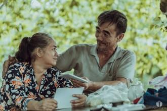 Vợ chồng ông Năm cụt sống trên chiếc ghe mục ở chân cầu Rạch Bàng 2 ẢNH: PHẠM HOÀNG THÂN
