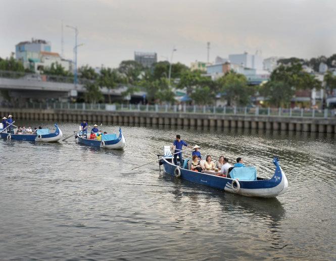 Khách du lịch đi thuyền thưởng ngoạn cảnh trên kênh Nhiêu Lộc, TP.HCM - Ảnh: Hoài Linh