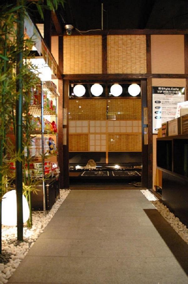 Khu vực cafe tách biệt với chỗ chơi game, cũng như nơi dành cho dân nghiền manga. Được thiết kế theo phong cách truyền thống nhưng ẩn bên trong nó vẫn là các thiết bị điện tử hiện đại, từ hệ thống âm thanh ánh sáng cho tới camera theo dõi.
