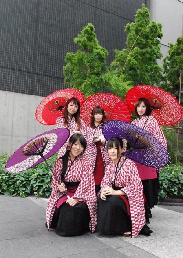 Dàn nhân viên phục vụ được tuyển chọn kỹ, bắt buộc phải mặc đồng phục là kimono khi làm việc.