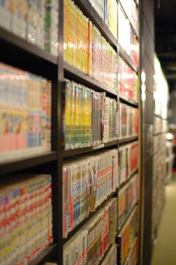 """Còn với những người đam mê manga, nơi đây có """"hàng tấn"""" truyện tranh."""