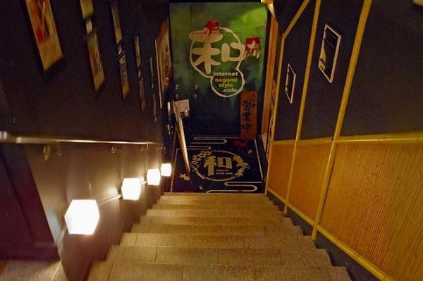 """Mang tên gọi Style Cafe Akiba, quán cafe Internet này nằm ở khu Chiyoda, nơi nổi tiếng với Hoàng cung và các cơ quan chính quyền trung ương như quốc hội, tòa án tối cao, tư dinh của thủ tướng Nhật Bản. Để vào được nơi này, khách hàng sẽ phải đi xuống cầu thang dẫn đến tầng hầm, bước qua một cánh cửa được thiết kế trông có vẻ nặng nề để khám phá """"kho tàng"""" ẩn giấu bên trong."""