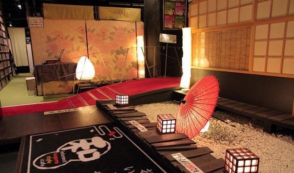 Nội thất bên trong được trang trí đậm chất Nhật Bản, tỉ mỉ và chi tiết từ cách chọn đồ nội thất cho tới lối xếp đặt. Nơi đây cũng mở cửa 24/7 tất cả các ngày trong năm. Trung bình mỗi tháng quán tiếp nhận 6.000 lượt khách.