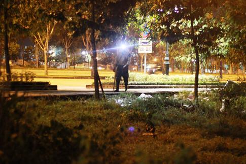 Vị trí anh Tài cắm câu thuộc khu đô thị Thủ Thiêm và khu vực Cát Lái. Trong ảnh anh nông dân này đang đi dọc trên đại lộ Mai Chí Thọ ẢNH: TRÁC RIN
