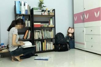 L.N đang tranh thủ đọc sách ở phòng trọ