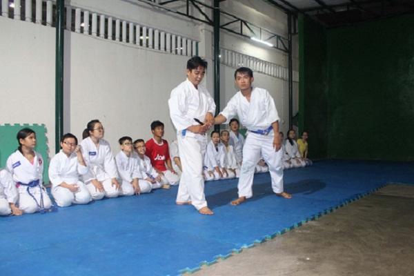 Võ sư Lê Hoàng Mai (hàng đứng, bên trái) đang dạy võ cho các học viên
