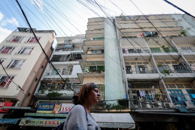 Chung cư 155-157 Bùi Viện nằm ở khu phố Tây Sài Gòn (phường Phạm Ngũ Lão, quận 1) được xây trước năm 1975. Hiện chung cư có 80 hộ sinh sống, gồm 6 tầng, rộng gần 600 m2, hơn 4.000 m2 sàn xây dựng. Sở Xây dựng TP HCM mới đây cho rằng, công trình chỉ có hiện trạng bên ngoài chắc chắn còn phía trong đã xuống cấp nghiêm trọng, yêu cầu phải di dời khẩn cấp.