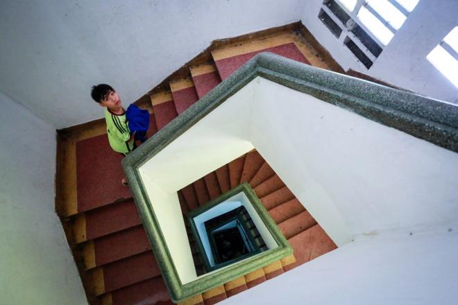 Hệ thống cầu thang dẫn lên chung cư Bùi Viện được cho là còn khá kiên cố.