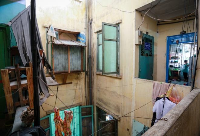 Không gian chung cư nhỏ hẹp, thiếu ánh sáng nên nhiều hộ dân buộc thêm nhiều sợi dây kẽm phía ngoài để phơi quần áo.