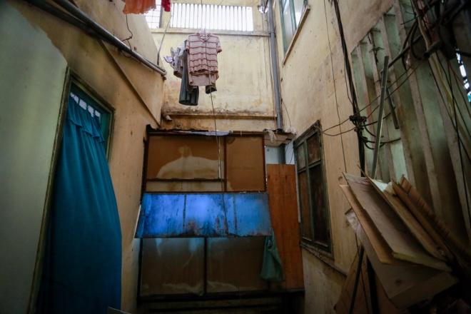 Các cửa sổ bị mục nát, người dân gia cố bằng nhiều loại vật liệu như vải, gỗ, ván ép...