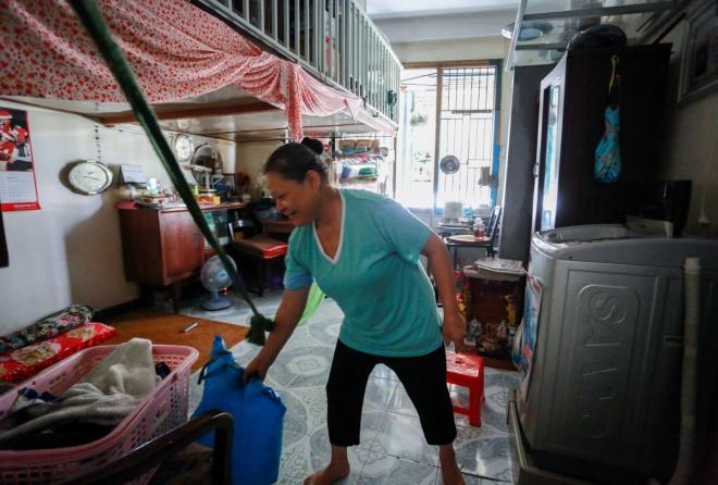 """Bà Lưu Thị Hanh cho biết gia đình bà có 4 người, đã sống ở chung cư Bùi Viện gần 40 năm. """"Sống trong cảnh chung cư chật chội và xuống cấp, nhiều lúc tôi cũng muốn chuyển đi nơi khác nhưng không có điều kiện. Ở đây, phần lớn là người nghèo còn bám trụ lại, còn người giàu đã chuyển đi nơi khác hết rồi"""", bà Hanh nói."""