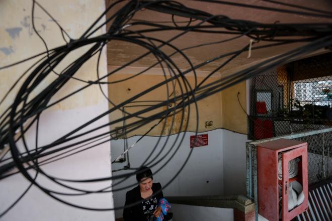 Theo cư dân, chưa xảy ra sự cố về cháy nổ nhưng hàng ngày họ vẫn nơm nớp lo sợ khi đi qua những sợi dây điện, dây cáp sà xuống đầu người.