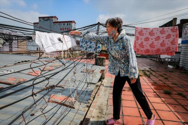 Người dân ở chung cư tận dụng những đường dây điện chằng chịt trên sân thượng để phơi đồ sinh hoạt của gia đình.