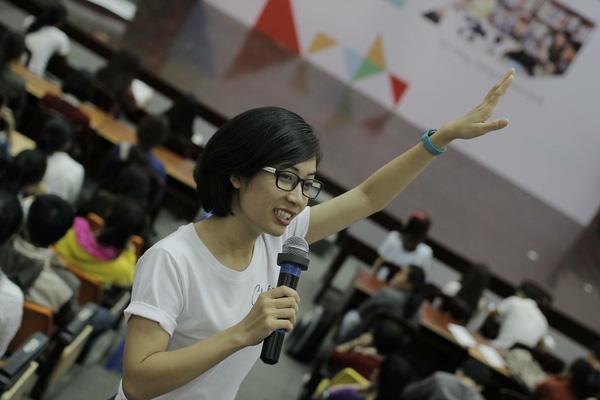 Thủy Tiên trong buổi nói chuyện tại Đại học Duy Tân (Đà Nẵng).