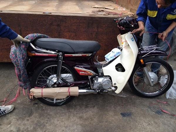 Chiếc Honda Dream II hàng độc chuyển từ Huế vào Sài Gòn. Ảnh: Trần Minh Bravery.