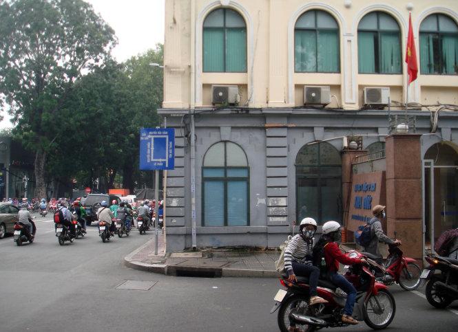 Cổng khoa dược Trường ĐH Y dược TP.HCM. Tòa thành xưa (màu xám) hiện là căngtin dược khoa - Ảnh: M.C.