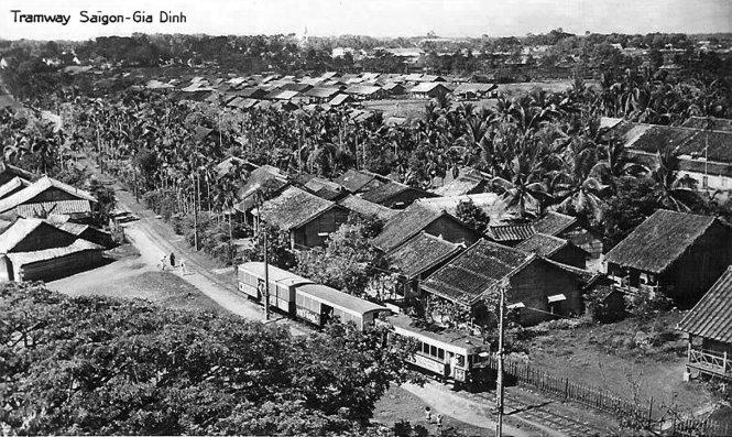 Đường xe lửa Sài Gòn - Gò Vấp năm 1910. Người Pháp từng xây tuyến đường sắt Sài Gòn - Mỹ Tho, Sài Gòn - Chợ Lớn, Sài Gòn - Gò Vấp - Lái Thiêu - Thủ Dầu Một. Đến thời Ngô Đình Diệm, vì vắng khách nên các tuyến đường sắt ngưng hoạt động. Ga trung tâm của các tuyến đường sắt này nằm ở khu vực chợ Bến Thành ngày nay.