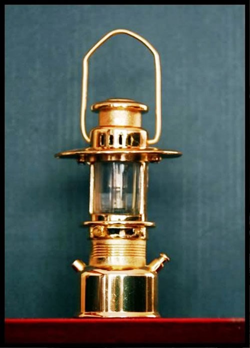 Chiếc đèn măng xông dùng bằng dầu có tuổi đời gần 40 năm.