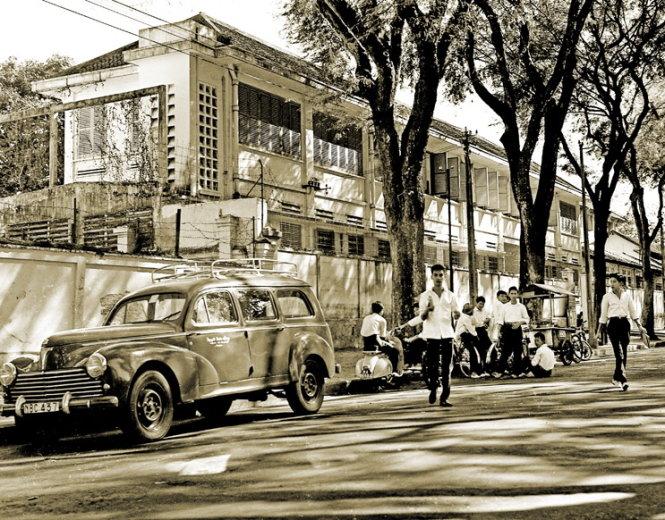 Học sinh ăn bò bía trên đường phố Sài Gòn những năm 1950.