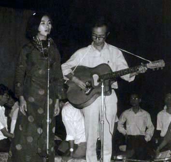 Trịnh Công Sơn đàn cho Khánh Ly hát ở Quán Văn với khán giả là sinh viên Văn khoa - Ảnh tư liệu
