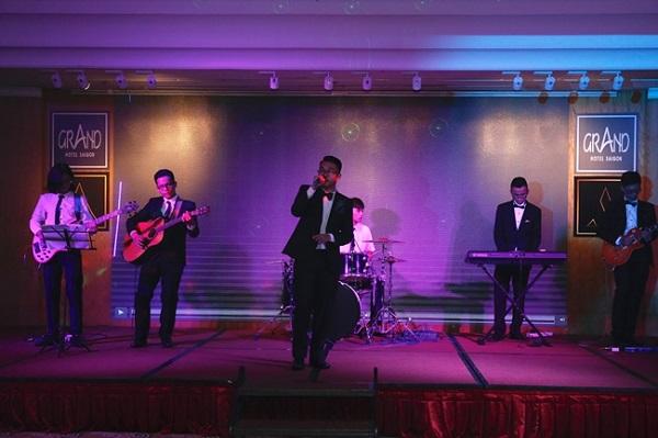 Band nhạc của trường phục vụ những giai điệu lãng mạn xuyên suốt khoảng thời gian tiệc nhẹ.