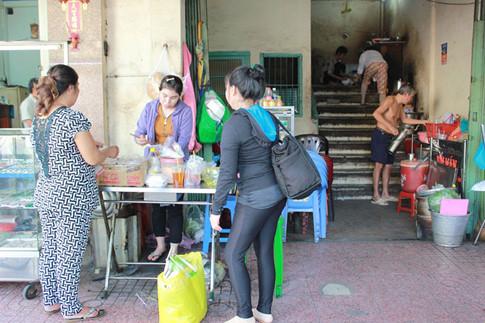 """Ẩm thực Sài Gòn vốn dĩ luôn mộc mạc và bình dị, cũng như xôi cay """"hai cô"""" bao năm vẫn luôn mang hương vị đặc trưng của một Sài Gòn xưa cũ"""