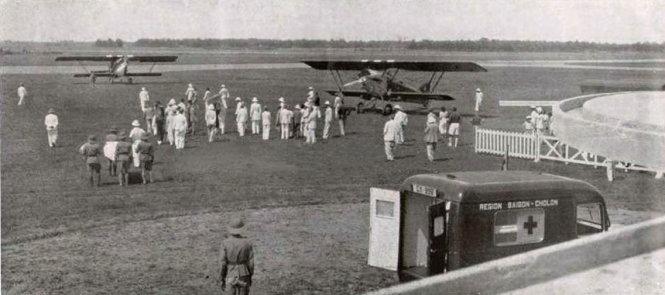 Quang cảnh sân bay Tân Sơn Nhất đón chuyến bay cấp cứu vua Bảo Đại - vị vua cuối cùng của Việt Nam, năm 1938. Trong một lần săn bắn ở Tây Nguyên, ông bị té gãy chân và được máy bay đưa về Sài Gòn cấp cứu.