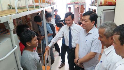 Bí thư Thành ủy TP.HCM Đinh La Thăng thăm sinh viên ký túc xá Trường ĐH Tôn Đức Thắng