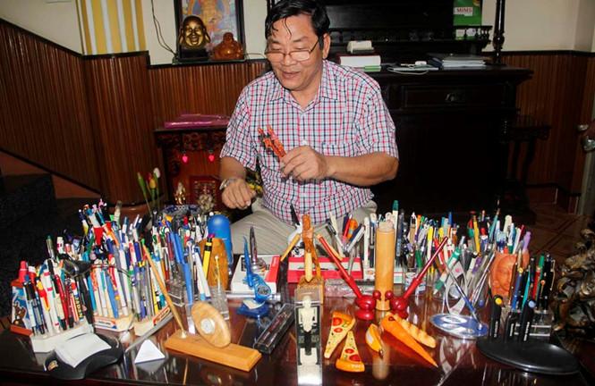 Bác sĩ Xáng bên bộ sưu tập bút của mình