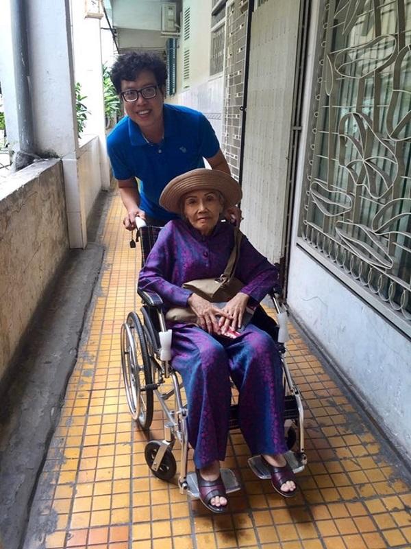 Dù phải ngồi xe lăn, bà vẫn đến tập vở kịch mới cùng các con cháu để gây quỹ từ thiện. Ảnh:Thanh Hiệp.