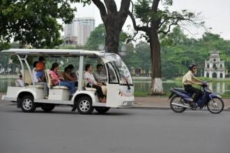 Một tuyến xe điện hoạt động ở Hà Nội. Ảnh: H.H