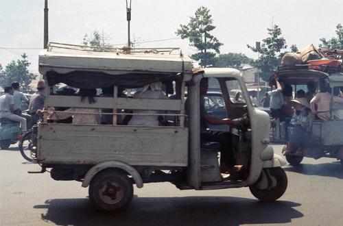 Xe có thể chở 8-10 khách, nhưng khi đông khách, tài xế có thể cho 1-2 ngồi trên cabin với mình.