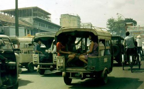 """Khách ngồi trên hai hàng ghế dài đặt dọc theo thùng xe, song song nhau. Nếu hai người đối diện đều """"chân dài"""" thì đầu gối thế nào cũng đụng nhau lốp cốp."""