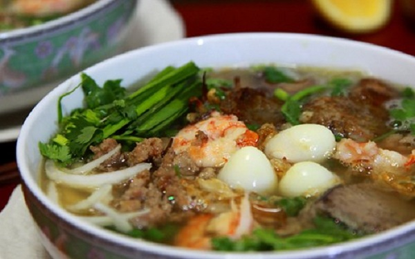 Hủ tiếu Nam vang: Đây là một món ăn chịu ảnh hưởng của cả ẩm thực Trung Quốc và Campuchia. Sợi hủ tiếu mỏng hơn sợi phở, nước dùng cũng nấu từ xương heo, bên trên có tôm, gan lợn, trứng cút và lá hẹ.