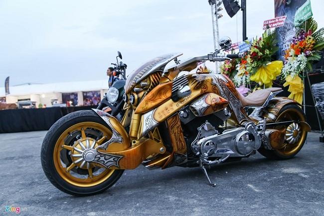 """Mẫu xe được mệnh danh là """"khủng long"""" V-Rex Travertson xuất hiện trở lại sau thời gian vắng bóng. Thực chất chiếc xe này được độ từ Harley-Davidson V-Rod nhưng hầu như chỉ giữ lại khung và máy. Toàn bộ hệ thống treo, bánh cũng như tay lái được thay mới. Xe được vẽ airbrush họa tiết """"pharaon"""" độc đáo."""
