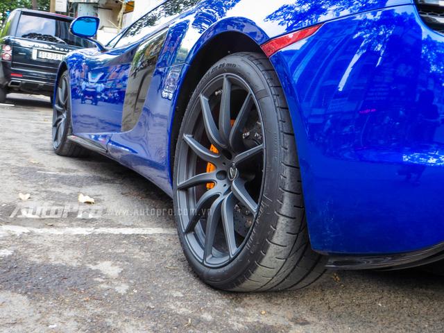 Nhiều chi tiết ngoại và nội thất của McLaren 650S Spider được làm bằng sợi carbon như vỏ gương chiếu hậu, bậc cửa hay bảng táp lô.