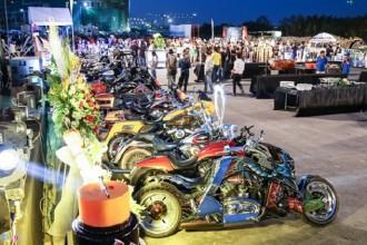 """Tối 17/12, tại khu đô thị Sala, quận 2, TP.HCM diễn ra chương trình offline quy mô lớn, quy tụ hàng nghìn biker trên cả nước. Họ đổ về chúc mừng sinh nhật lần thứ 3 câu lạc bộ những người sở hữu Harley Davidson tại TP.HCM. """"1st Saigon Free Chapter"""", tiền thân là Saigon HOG - tổ chức Free Chapter đầu tiên tại châu Á, được thành lập cách đây 3 năm."""