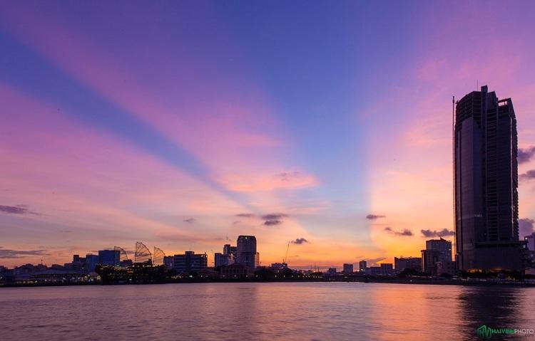 Sông Sài Gòn như một điểm nhấn lãng mạn và đáng yêu của thành phố. Ngắm cảnh hoàng hôn trên sông luôn để lại cho du khách những trải nghiệm thật khó quên.