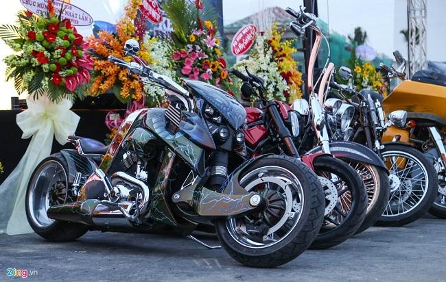 Một chiếc V-Rex Travertson khác được sơn màu xanh theo phong cách Predator. Bên cạnh là những chiếc Harley lạ mắt với tay lái cao quá đầu.