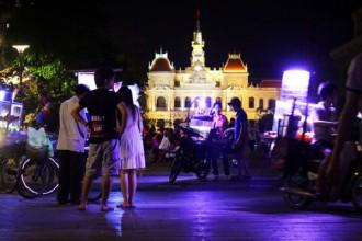 Từ ngày 18-4, việc tổ chức ăn uống, bán hàng rong đã bị cấm tại khu vực công viên tượng đài Chủ tịch Hồ Chí Minh và phố đi bộ Nguyễn Huệ (quận 1) theo quy chế do UBND TP HCM ban hành. Tuy nhiên, nhiều xe hàng rong lẫn người dân không hề chấp hành quy định này, khiến phố đi bộ Nguyễn Huệ nhếch nhác chẳng khác gì một phiên chợ.