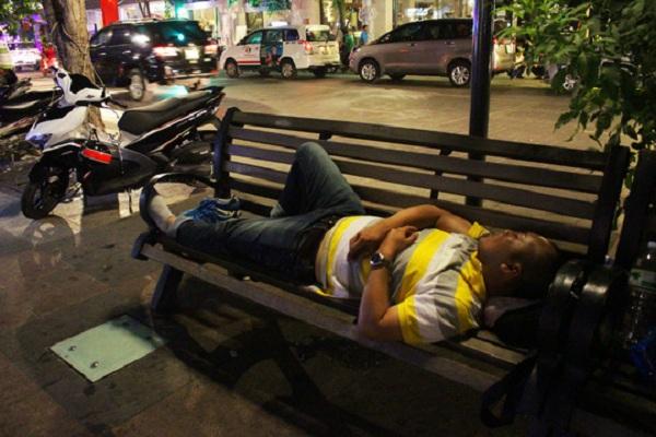 Sau khi đậu xe, người đàn ông này còn thản nhiên leo lên dãy ghế trên phố đi bộ ngủ một giấc.