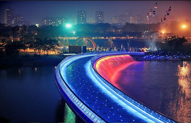 Màn biểu diễn nước cùng ánh sáng tại cầu Ánh Sao
