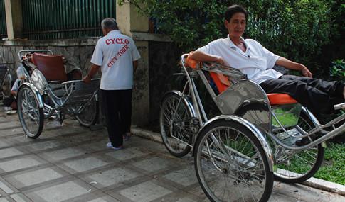 """Trước khó khăn, những xích lô ở Sài Gòn lập nghiệp đoàn """"Cyclo city tour"""" nhận khách qua điện thoại"""
