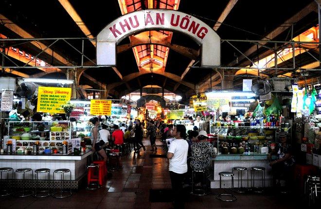 Chiếm gần nửa diện tích chợ với nhiều món phong phú, khu ăn uống trong lòng chợ Bến Thành là một địa điểm ghé thăm quen thuộc của du khách và cả người Sài Gòn ưa thích ẩm thực.