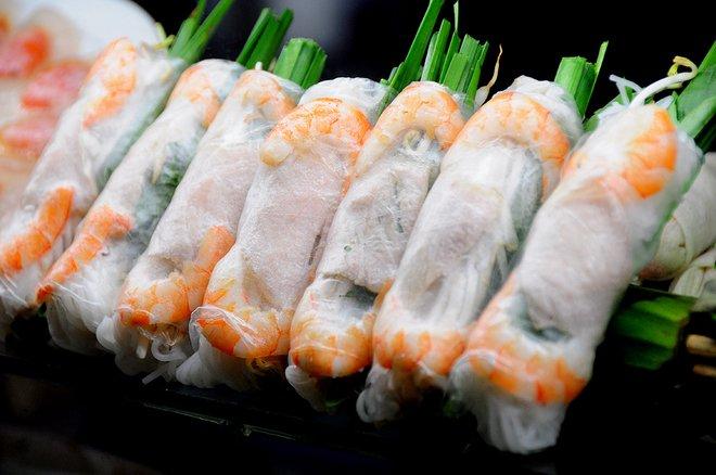 Điều khiến thực khách mê mẩn khi vào khu ăn uống giữa trung tâm Sài Gòn chính là sự phong phú của các loại thức ăn từ các vùng miền. Gỏi cuốn, một món ngon miền Nam được bày bán cả ngày.